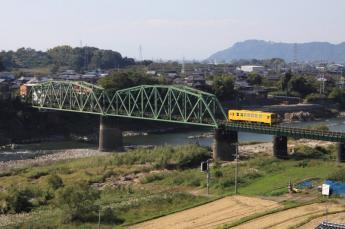 黄色電車和鐵道的風景