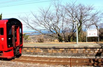 從月台可看到海的豐前松江站